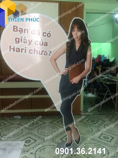 standee hinh nguoi quang cao